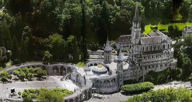 Vista aérea do centro dos santuários de Lourdes. A Gruta embaixo à direita