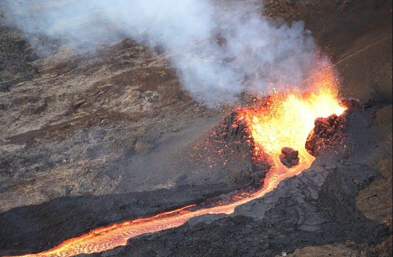 Impressionante eruzione del vulcano Pitón de la Fourniase sull'isola di Réunion