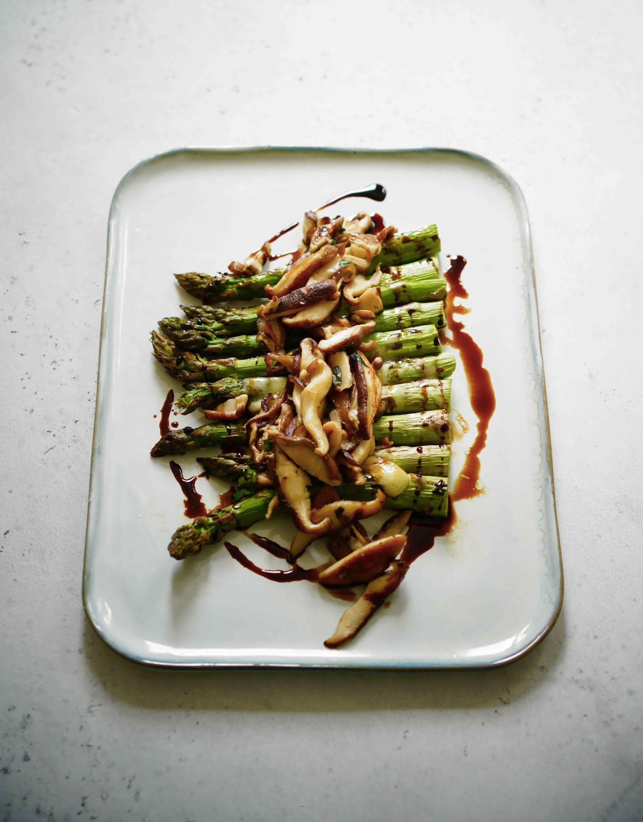 cuisson au four pour les asperges , asperges françaises , comté , shitake , ail des ours