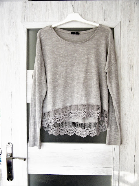 szary-sweterek-cieniutki-zakonczony-koro