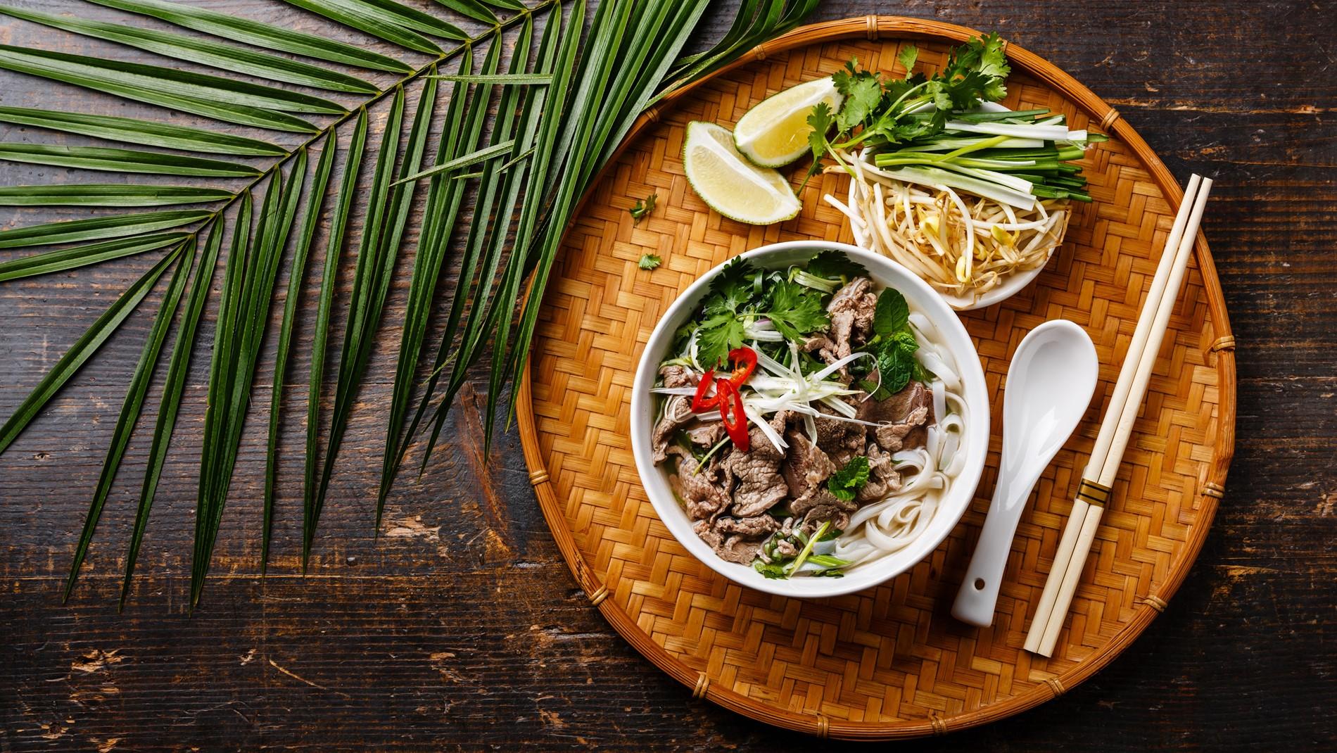شوربة اللحم مع النودلز على الطريقة الفيتنامية