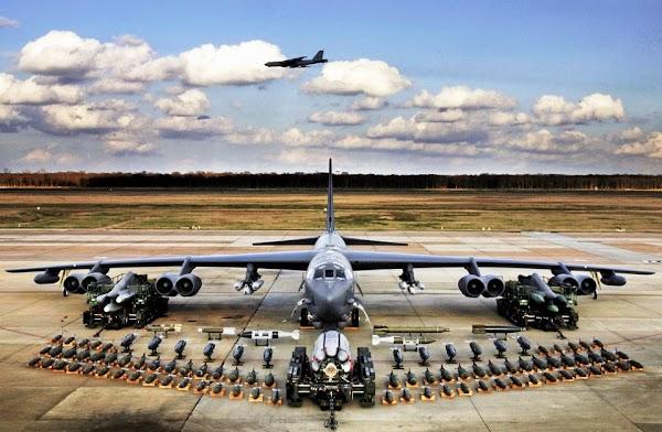 Bomber Nuklir AS B-52 Terbang Santai di Langit Timur Tengah