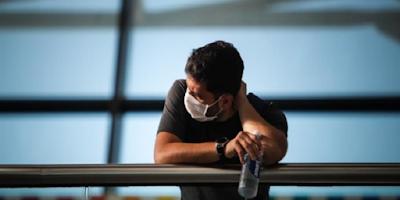 imagem de uma pessoa com máscara protegendo contra o vírus