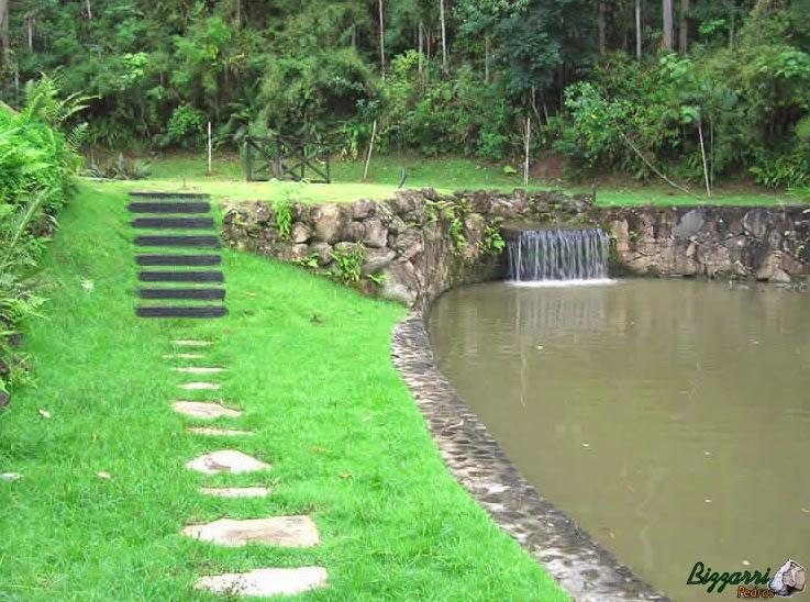 Nesse sítio em Nazaré Paulista-SP a construção dos muros de pedra rústica com a construção do lago com a escada de dormentes de madeira e o caminho com pedra São Tomé.
