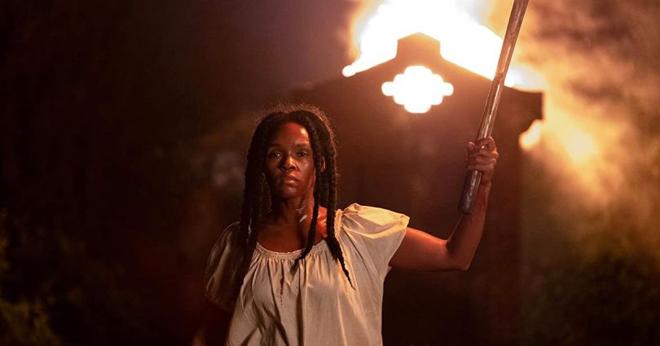 mujer negra revelándose ante sus opresores