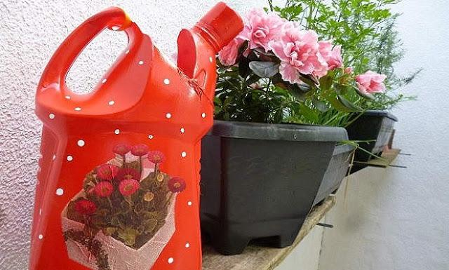 01 (hum) regador de planta com material reciclável