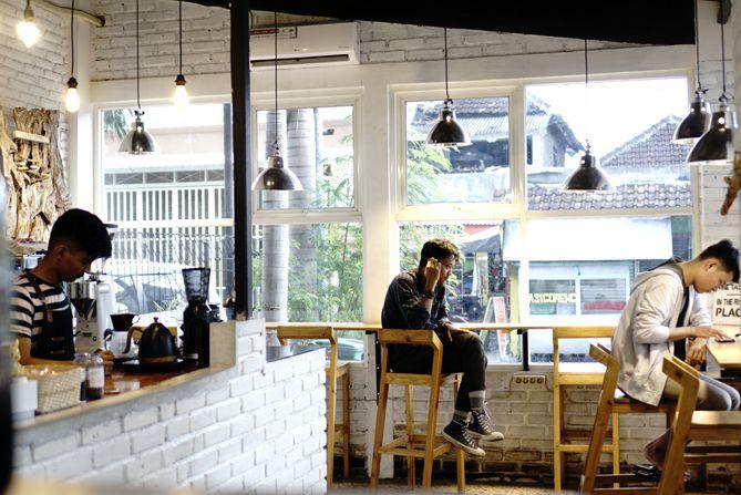 Beberapa pengunjung dan barista di Kaki Langit Coffee