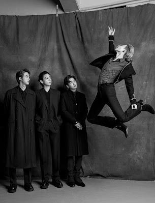 Czarno białe zdjęcie - Jin, Jungkook, Suga patrzą na Jimina w powietrzu