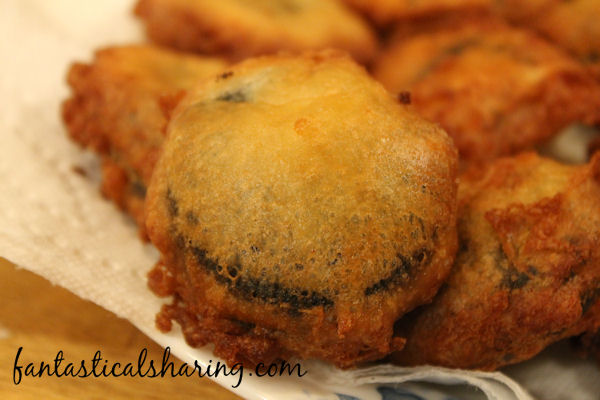 Fried Oreos // A fair food favorite made at home - any time you want! #recipe #dessert #Oreos #friedfood #fairfood