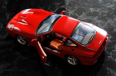 سيارة لونها أحمر سريعة