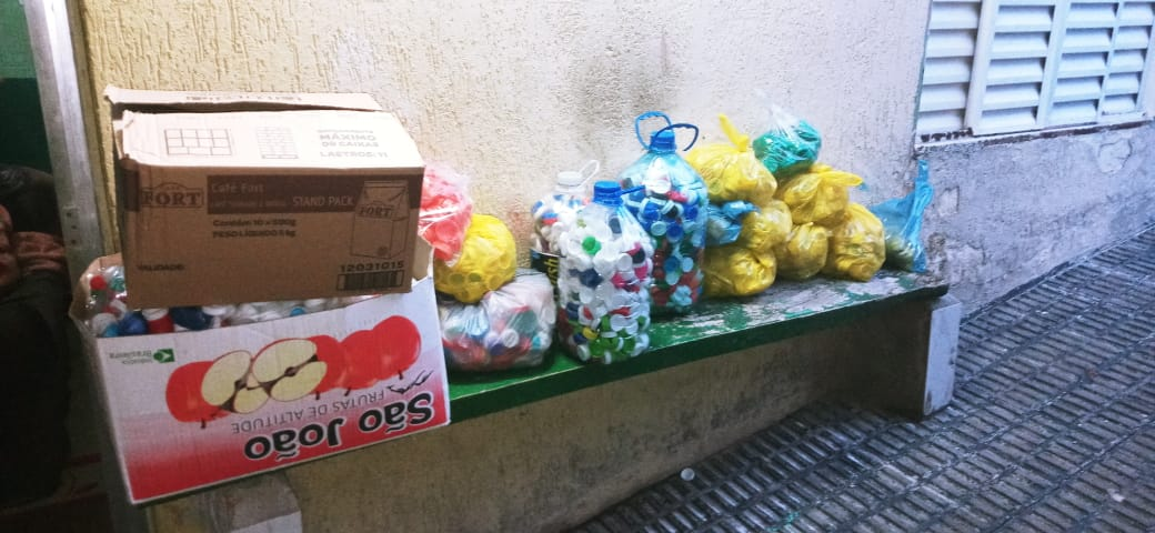 Entrega de tampas plásticas do Heróis dos Lacres na sede do Seja Hoje Diferente para o GUAPA!
