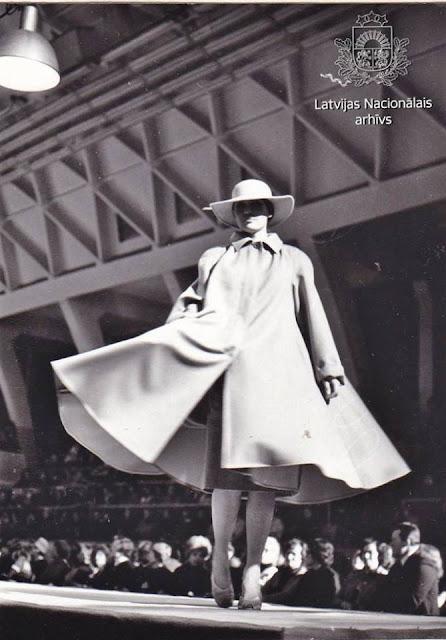 Декабрь 1981 года. Рига. 1982.-1983. gada modes kolekcijas demonstrācija Rīgas Modeļu namā (автор фото: Imants Prēdelis)