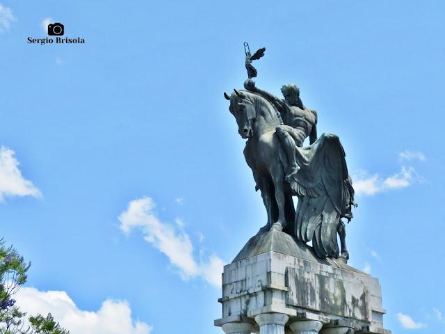 Fotocomposição com o conjunto escultórico O Progresso do Monumento a Ramos de Azevedo na USP - São Paulo