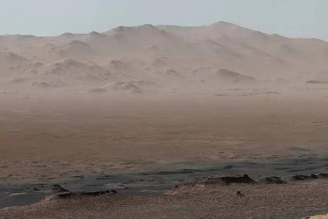 Inside the Gale impact crater contains traces of a special mineral clay, revealing a time when the red planet was friendly to life - Photo: NASA