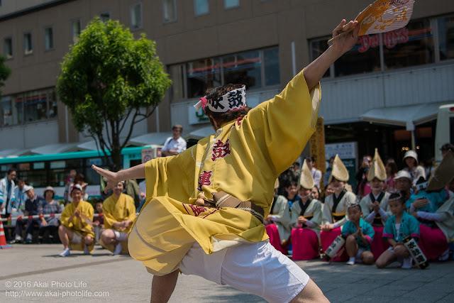 吹鼓連、高円寺駅北口広場での舞台踊り、男踊りの踊り手の写真 7
