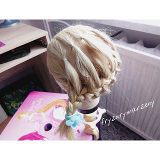 Warkocz na boku-fryzura do przedszkola-gumeczki we wlosach