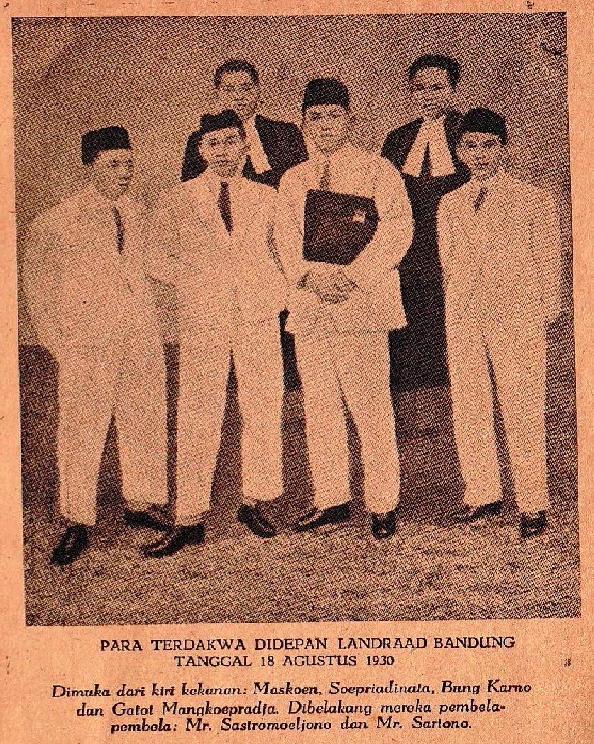 Soekarno dan beberapa tahanan politik hendak membacakan pledoi