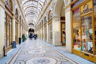 Paris : Galerie Vivienne, lustre soigneusement restauré de l'un des plus beaux passages couverts de Paris - IIème