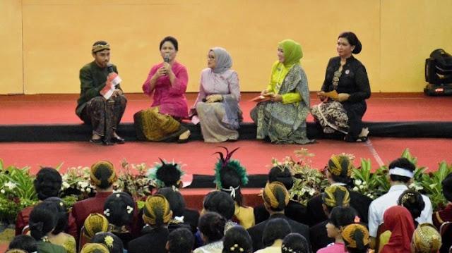Iriana Jokowi bermain peran bersama siswa SMKN 8 Surakarta di GOR Manahan Surakarta