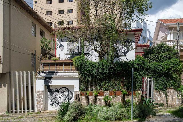 Casa na Rua Saldanha da Gama com pintura na fachada