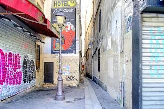 Paris : Rue du Chat qui Pêche, nom propice aux légendes urbaines et pittoresque étroitesse - Vème