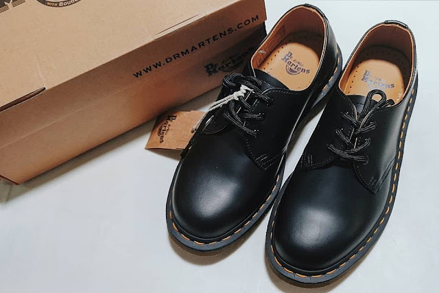 Dr. Martens 1461 in Black, Yellow Stitch