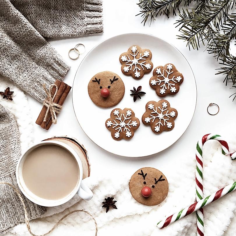 świąteczne pierniczki w kształcie śnieżynek i rudofa
