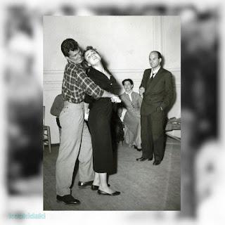 Η Μαρία Μοσχολιού σε πρόβες παρουσία του Αλέξη Σολομού, με την Αλίκη Βουγιουκλάκη και τον Δημήτρη Παπαμιχαήλ κατά τη διάρκεια των σπουδών τους στη Δραματική Σχολή του Εθνικού Θεάτρου το 1952.