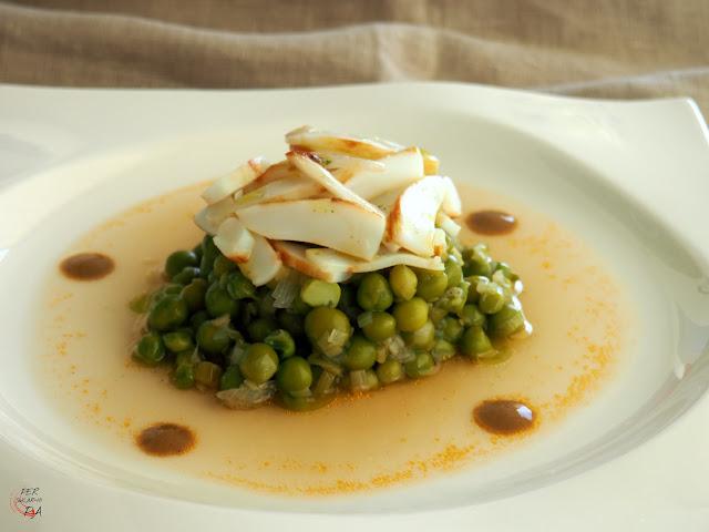 Guisantes en caldo de sepia, con sepia a la plancha, aderezados con salsa de bazo de sepia y aceite de perejil
