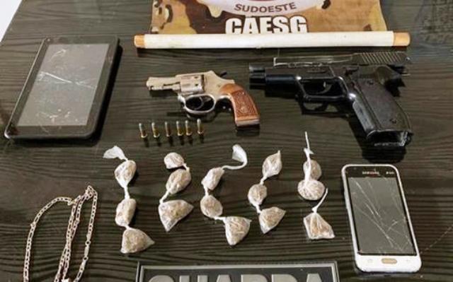 Após denúncia, PM prende indivíduo com armas e drogas, em Paramirim