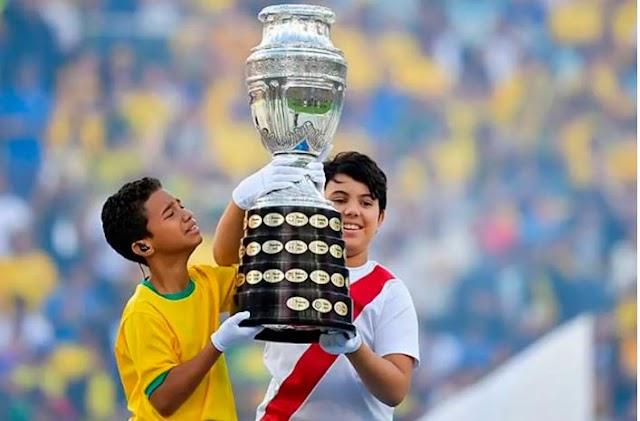 Meninos que levaram a taça da Copa América roubam a cena