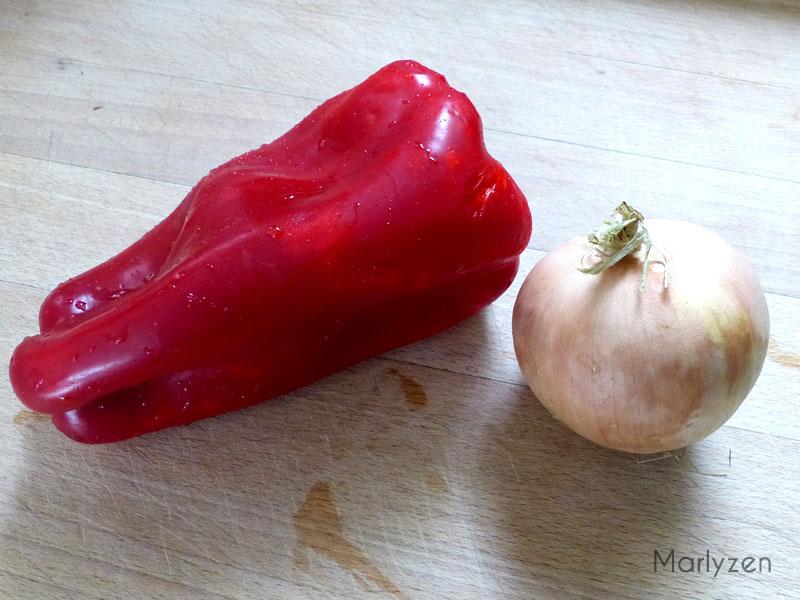 Lavez et émincez le poivron et l'oignon.