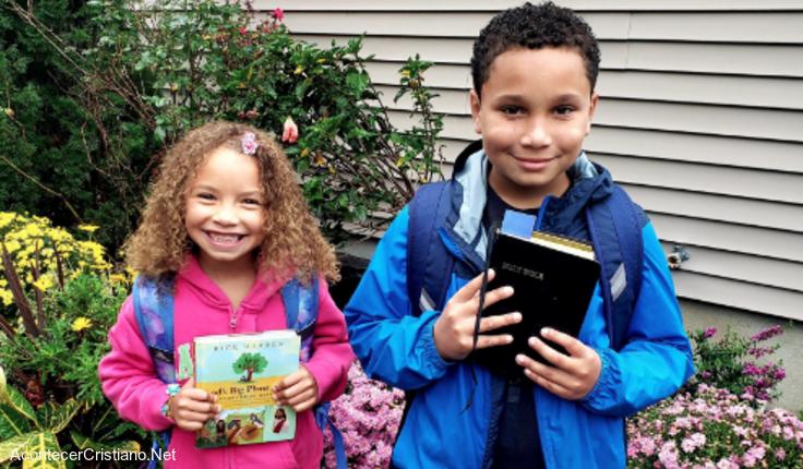 Niños llevan Biblias a escuelas