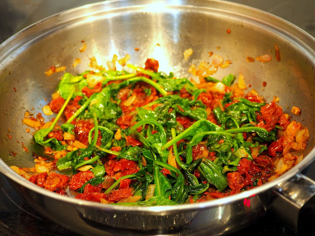 Szpinak i suszone pomidory