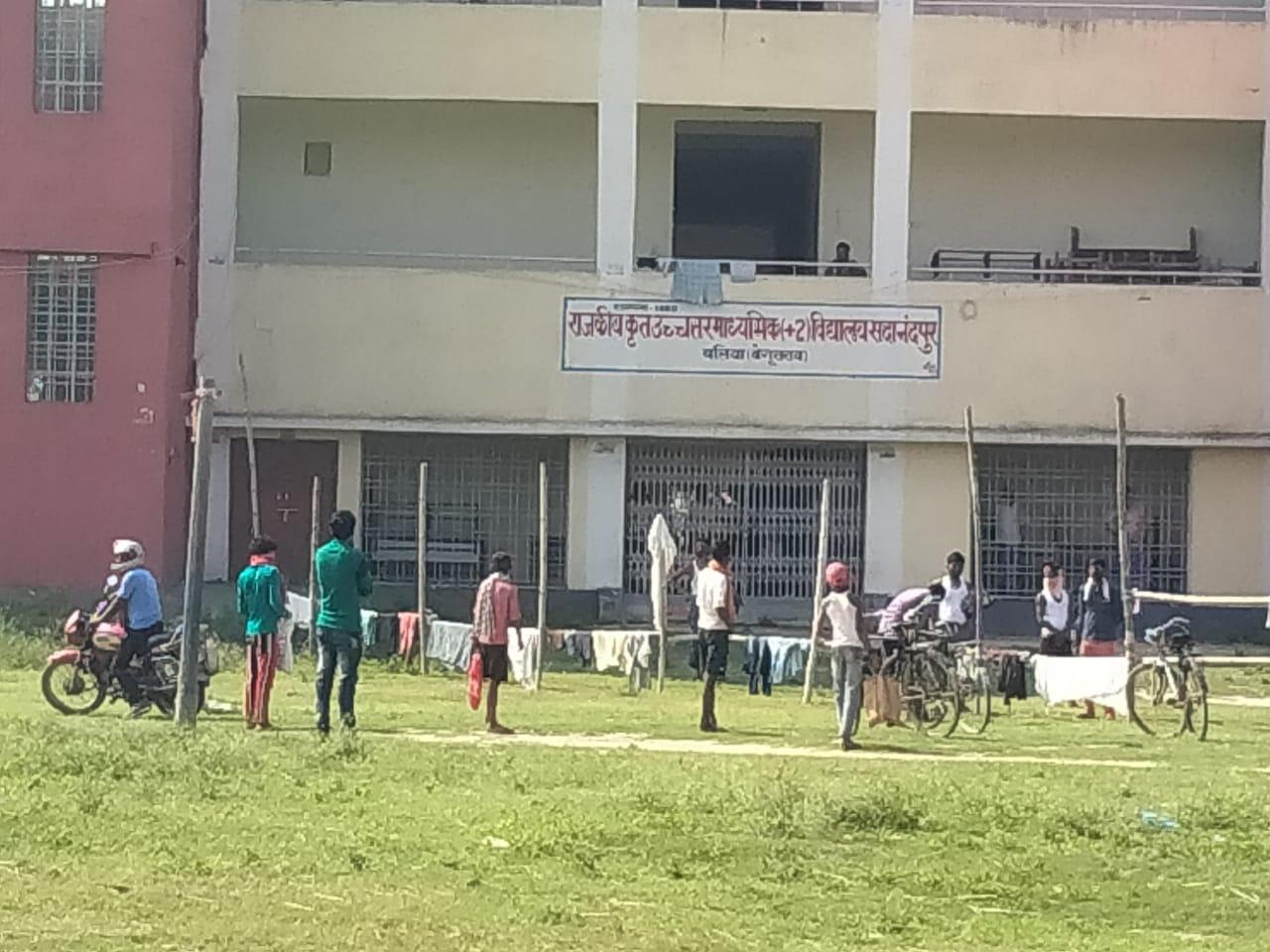 क्वॉरेंटाइन सेंटर में सुरक्षा व्यवस्था की उड़ रही धज्जियां,भोजन एवं कपड़े पहुंचा रहे मजदूर के परिजन।