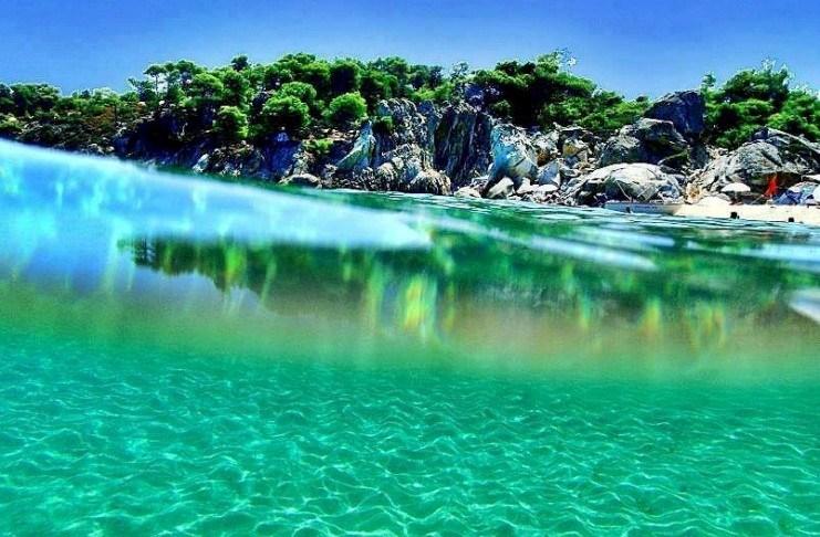 Καβουρότρυπες Χαλκιδική: Η παραλία με τα τιρκουάζ νερά και τα λευκά βράχια που θυμίζει εξωτικό παράδεισο