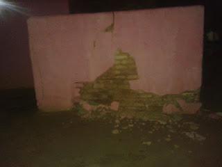Carro bate em muro de residência na noite deste sábado na cidade de Nova Floresta