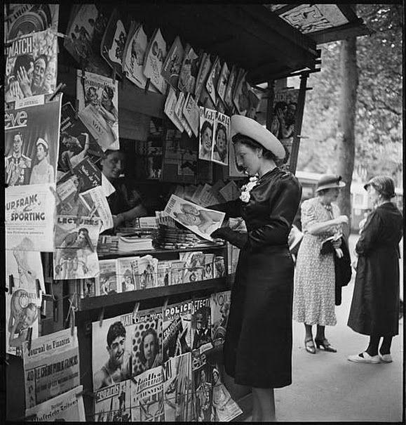 Moça lê revista Marie Claire
