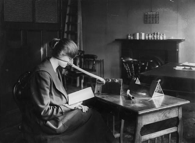 Bir kadın, 1919'da bir makineye takılı bilimkurgu görünümlü bir grip nozulu takıyor. Nasıl çalıştığı veya herhangi bir sağlık yararı olup olmadığı belli değil.