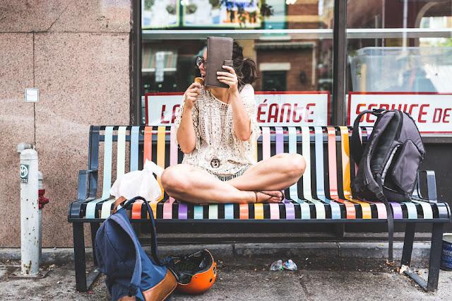 Fotógrafo cria uma série de fotos de sua namorada tímida
