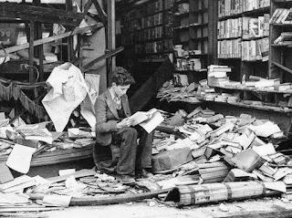 Librería inglesa tras uno de los bombardeos (octubre de 1940)