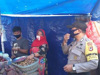 Imbau Protokol Kesehatan, Bhabinkamtibmas Malimongan Tua Patroli Dialogis di Pasar