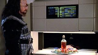 Un Klingon usando un replicador de Star Trek