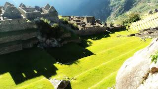 A Praça Principal Divide o Setor Urbano de Machu Picchu