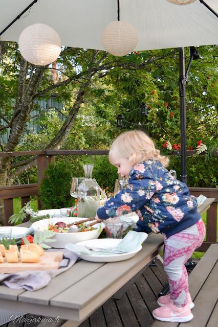preeco verkkokauppa ruokailuryhmä aurinkovarjo yhdessä pöydässä ruokailu illallinen kattaus terassikalusteet