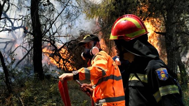 Σε εξέλιξη η πυρκαγιά στο Καλέντζι Κορινθίας - Σύλληψη για εμπρησμό από αμέλεια