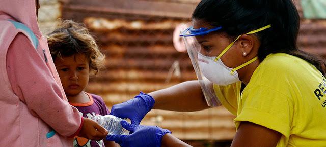 Una coordinadora de una ONG local ayuda a poblaciones en Venezuela en medio de la pandemia de COVID-19.© Rehabilitarte/Albanis Oliva