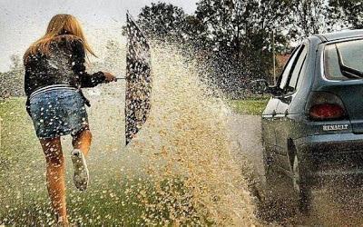 Frau im Regen Auto nass