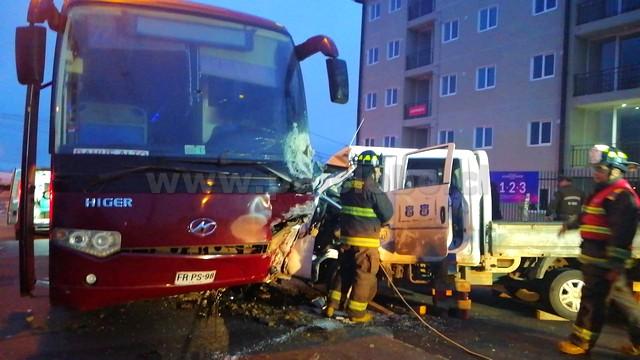 Colisión entre bus y camioneta