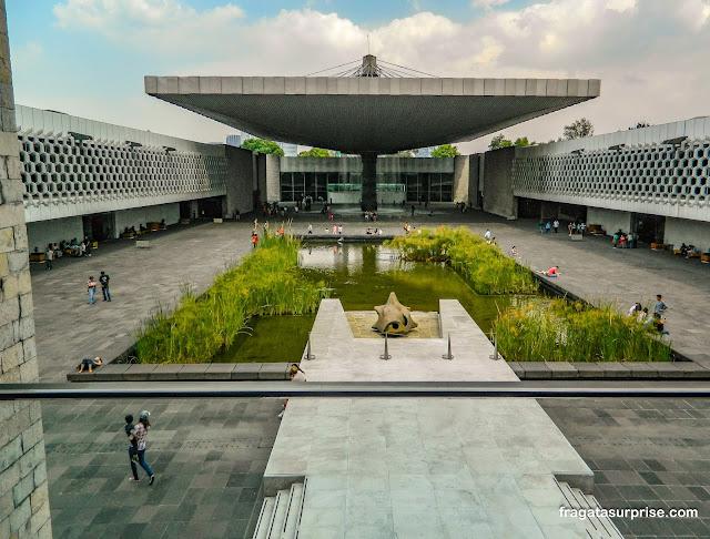 Pátio interno do Museu Nacional de Antropologia do México